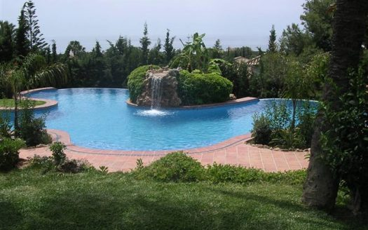Главная - image 109-Piscina-cascada-y-jardín-525x328 on https://www.laconchaliving.com