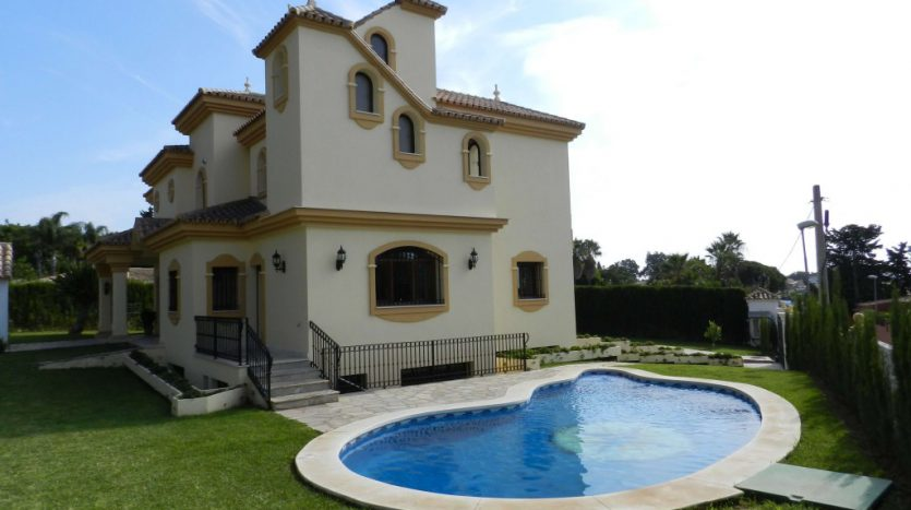 Affordable luxury - Villa for rent in Marbella - image 2-Foto-piscina-835x467 on https://www.laconchaliving.com