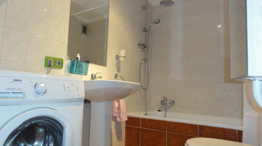 Квартира недалеко от порта Марбельи - image 6-Marbella_beachside_apartment_bathroom-1-835x467 on https://www.laconchaliving.com