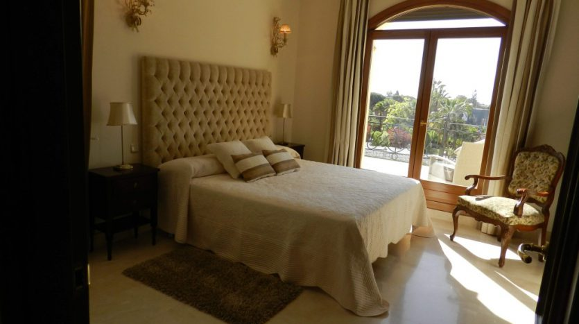 Affordable luxury - Villa for rent in Marbella - image 8-dormitorio-principal-835x467 on https://www.laconchaliving.com