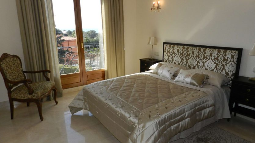 Affordable luxury - Villa for rent in Marbella - image 9-dormitorio-1-835x467 on https://www.laconchaliving.com