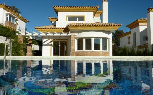 Comfortable villa for sale with panoramic sea and mountain views - image Bargain-Villa-in-Mijas-Golf-1-525x328 on https://www.laconchaliving.com