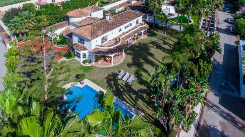Villa in Guadalmina Baja (Casasola) - image Beachside-villa-Casasola-16-Large-835x467 on https://www.laconchaliving.com