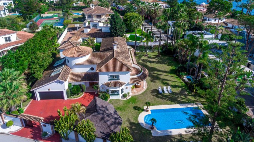 Вилла в  Guadalmina Baja (Casasola) - image Beachside-villa-Casasola-17-Large-835x467 on https://www.laconchaliving.com