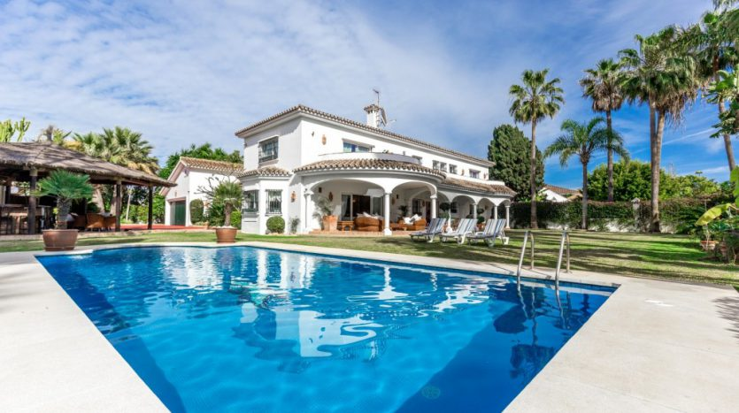 Вилла в  Guadalmina Baja (Casasola) - image Beachside-villa-Casasola-2-Large-835x467 on https://www.laconchaliving.com