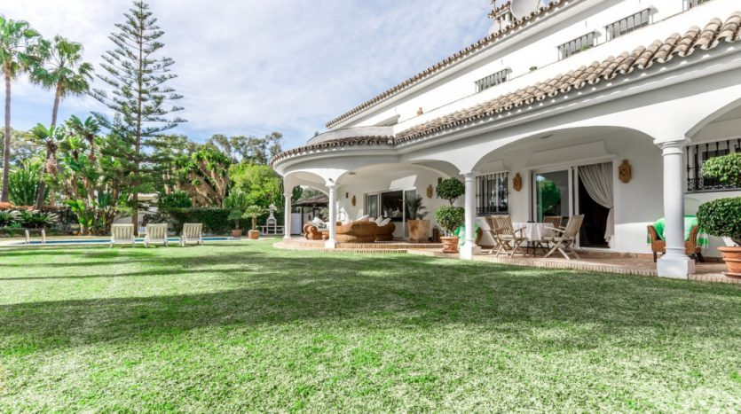 Villa in Guadalmina Baja (Casasola) - image Beachside-villa-Casasola-3-Large-835x467 on https://www.laconchaliving.com