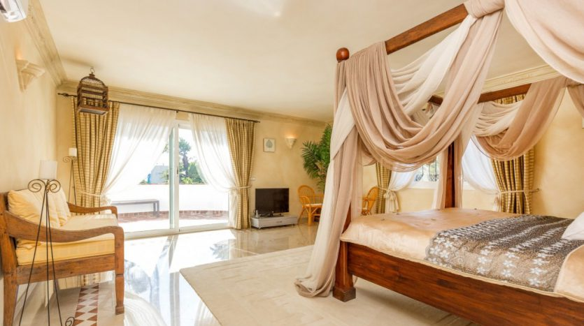 Villa in Guadalmina Baja (Casasola) - image Beachside-villa-Casasola-9-Large-835x467 on https://www.laconchaliving.com