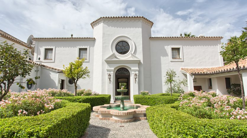 Exclusiva villa de lujo - image Luxury-beach-side-villa-for-sale-in-Guadalmina-1-835x467 on https://www.laconchaliving.com