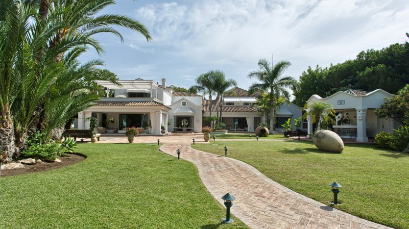 Exclusiva villa de lujo - image Luxury-beach-side-villa-for-sale-in-Guadalmina-2-835x467 on https://www.laconchaliving.com