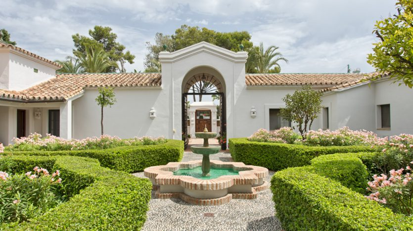 Exclusiva villa de lujo - image Luxury-beach-side-villa-for-sale-in-Guadalmina-20-835x467 on https://www.laconchaliving.com
