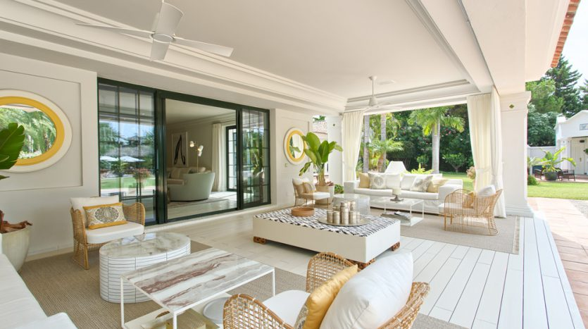 Exclusiva villa de lujo - image Luxury-beach-side-villa-for-sale-in-Guadalmina-4-835x467 on https://www.laconchaliving.com