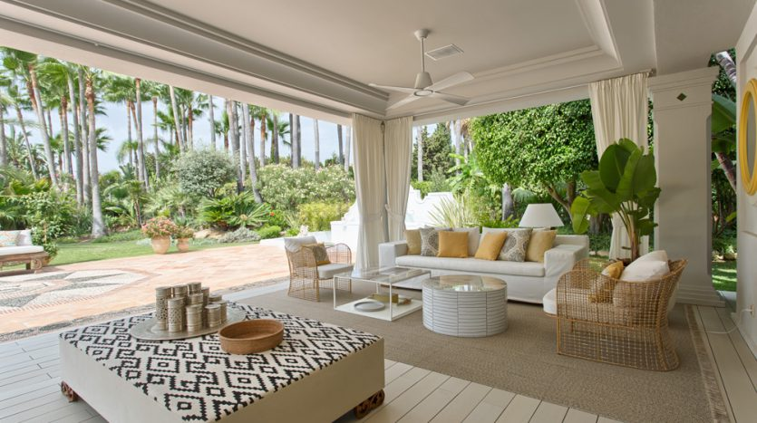 Exclusiva villa de lujo - image Luxury-beach-side-villa-for-sale-in-Guadalmina-5-835x467 on https://www.laconchaliving.com