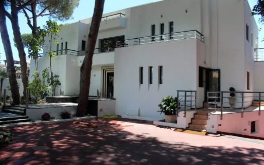 Главная - image Luxury-modern-beachside-Villa-for-sale-in-Cabopino-1-525x328 on https://www.laconchaliving.com