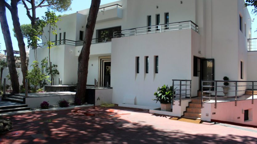 Роскошная вилла в Кабопино - image Luxury-modern-beachside-Villa-for-sale-in-Cabopino-1-835x467 on https://www.laconchaliving.com