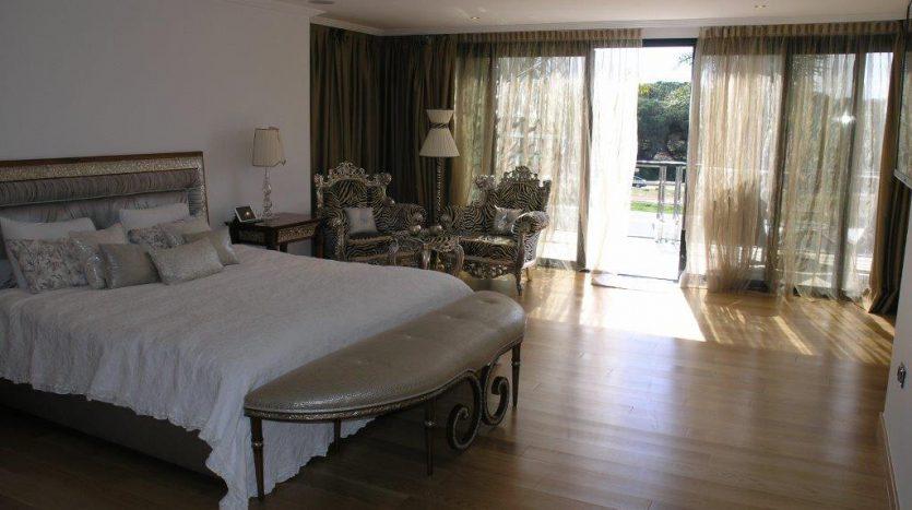 Роскошная вилла в Кабопино - image Luxury-modern-beachside-Villa-for-sale-in-Cabopino-12-835x467 on https://www.laconchaliving.com