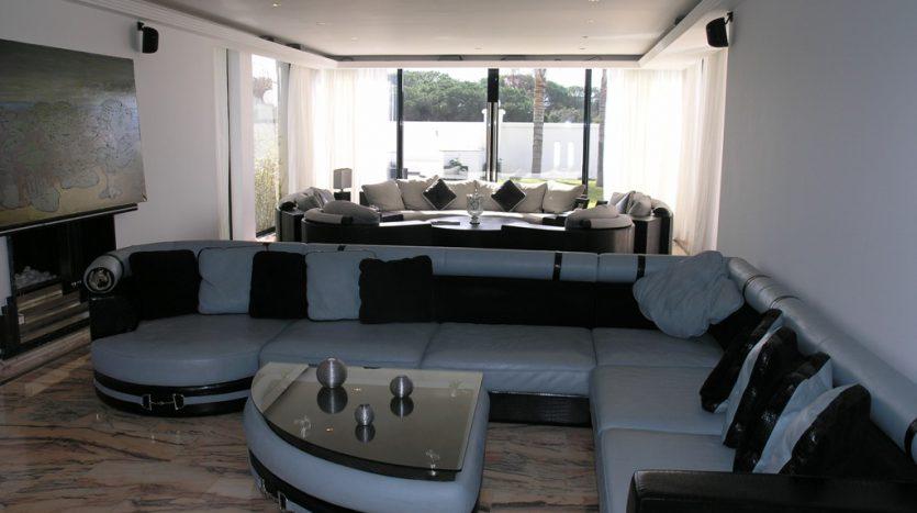 Роскошная вилла в Кабопино - image Luxury-modern-beachside-Villa-for-sale-in-Cabopino-4-835x467 on https://www.laconchaliving.com