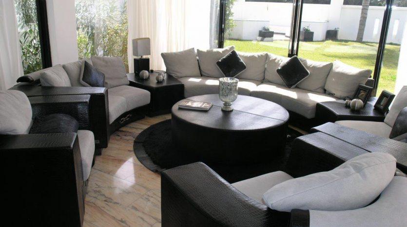 Роскошная вилла в Кабопино - image Luxury-modern-beachside-Villa-for-sale-in-Cabopino-5-835x467 on https://www.laconchaliving.com