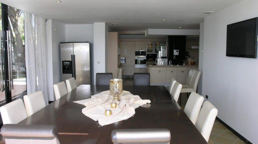 Роскошная вилла в Кабопино - image Luxury-modern-beachside-Villa-for-sale-in-Cabopino-7-835x467 on https://www.laconchaliving.com