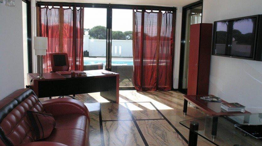 Роскошная вилла в Кабопино - image Luxury-modern-beachside-Villa-for-sale-in-Cabopino-9-835x467 on https://www.laconchaliving.com