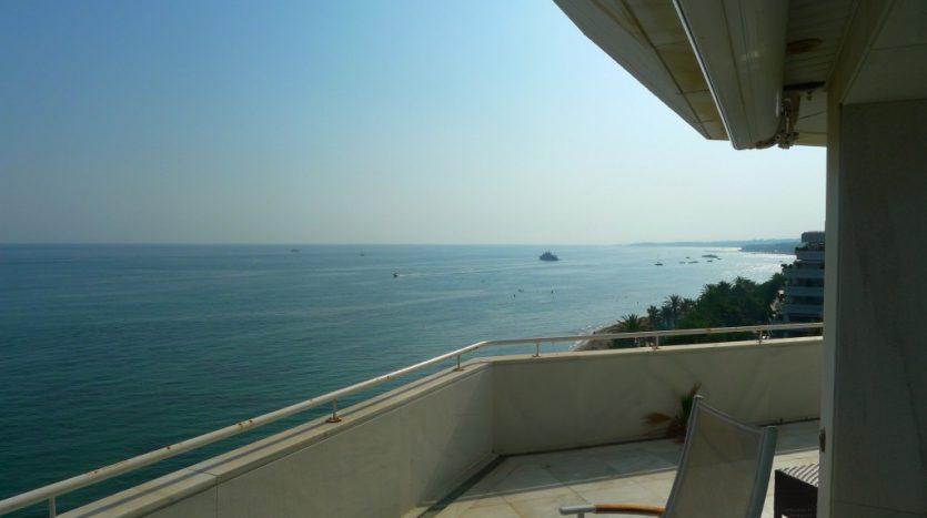 Apartamento en el paseo maritimo, frente del mar - image P1090195-1-835x467 on https://www.laconchaliving.com