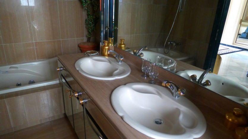 Apartamento en el paseo maritimo, frente del mar - image P1090211-1-835x467 on https://www.laconchaliving.com