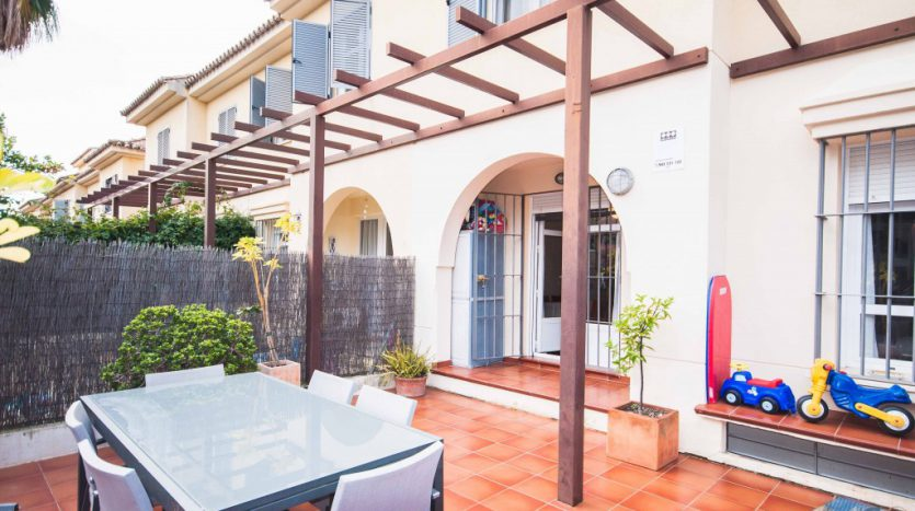 Townhouse for sale near the beach and Puerto Banús - image Townhouse-for-sale-near-the-beach-1-835x467 on https://www.laconchaliving.com