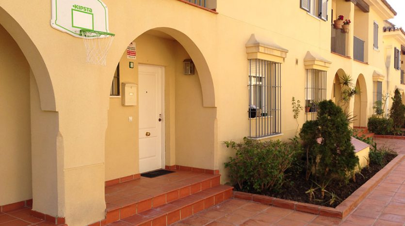 Townhouse for sale near the beach and Puerto Banús - image Townhouse-for-sale-near-the-beach-12-835x467 on https://www.laconchaliving.com