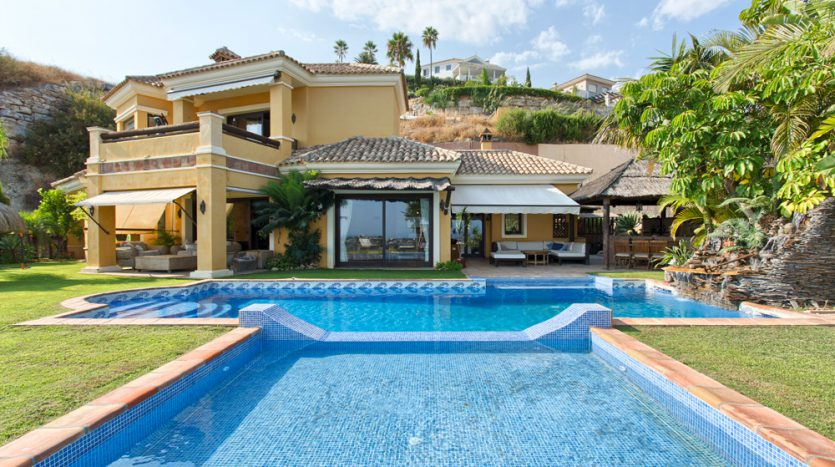 Comfortable villa for sale with panoramic sea and mountain views - image Villa-for-sale-Marbella-Benahavis-1-835x467 on https://www.laconchaliving.com