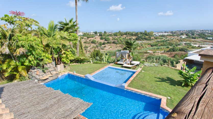 Comfortable villa for sale with panoramic sea and mountain views - image Villa-for-sale-Marbella-Benahavis-4-835x467 on https://www.laconchaliving.com