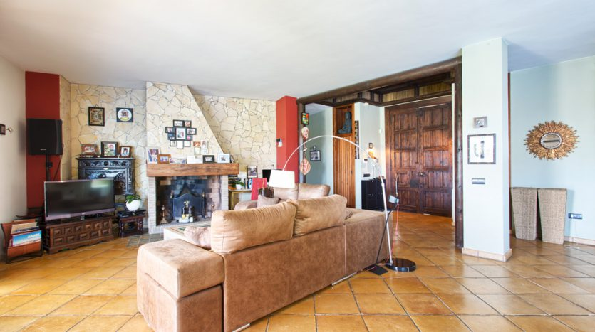 Comfortable villa for sale with panoramic sea and mountain views - image Villa-for-sale-Marbella-Benahavis-5-835x467 on https://www.laconchaliving.com