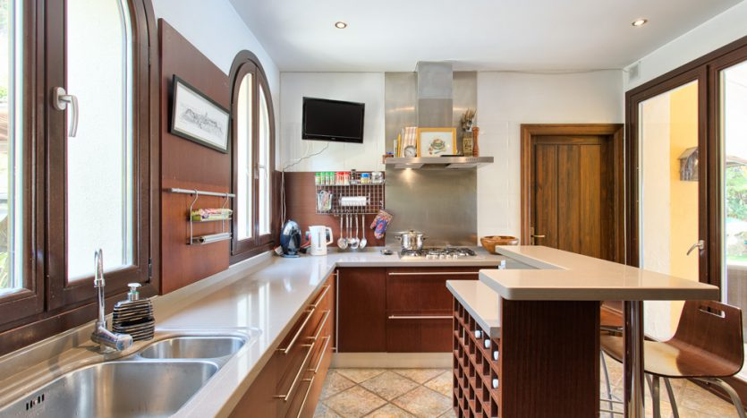 Comfortable villa for sale with panoramic sea and mountain views - image Villa-for-sale-Marbella-Benahavis-7-835x467 on https://www.laconchaliving.com