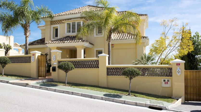 Villa for sale with golf and sea views - image Villa-for-sale-with-golf-and-sea-views-1-835x467 on https://www.laconchaliving.com