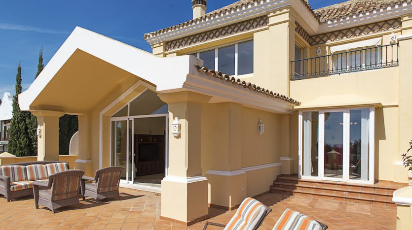 Villa for sale with golf and sea views - image Villa-for-sale-with-golf-and-sea-views-5-835x467 on https://www.laconchaliving.com