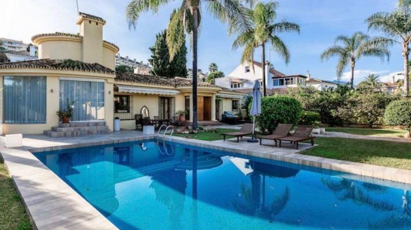 Amueblada villa familiar - image furnished-villa-puerto-banus-1-835x467 on https://www.laconchaliving.com