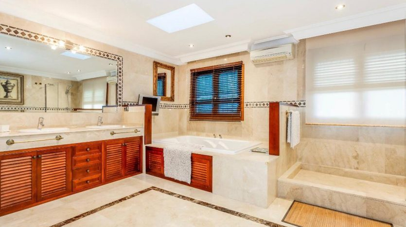 Amueblada villa familiar - image furnished-villa-puerto-banus-8-835x467 on https://www.laconchaliving.com