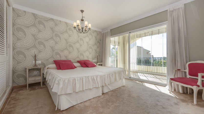 Luxurious apartment in Bahia de Marbella - image vista-hermosa-marbella-luxurious-apartment-7-835x467 on https://www.laconchaliving.com